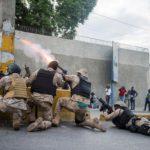 La Polizia di Haiti mentre respinge gli oppositori del governo