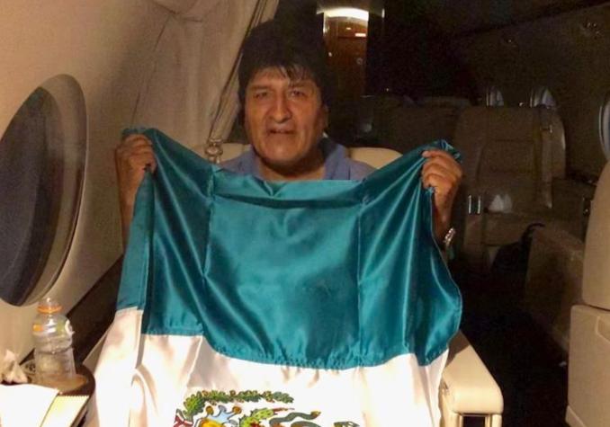 Evo Morales in aereo verso il Messico, dove godrà dell'asilo politico. L'ex presidente della Bolivia si è dimesso a causa dell'escalation di proteste successive alla sua rielezione