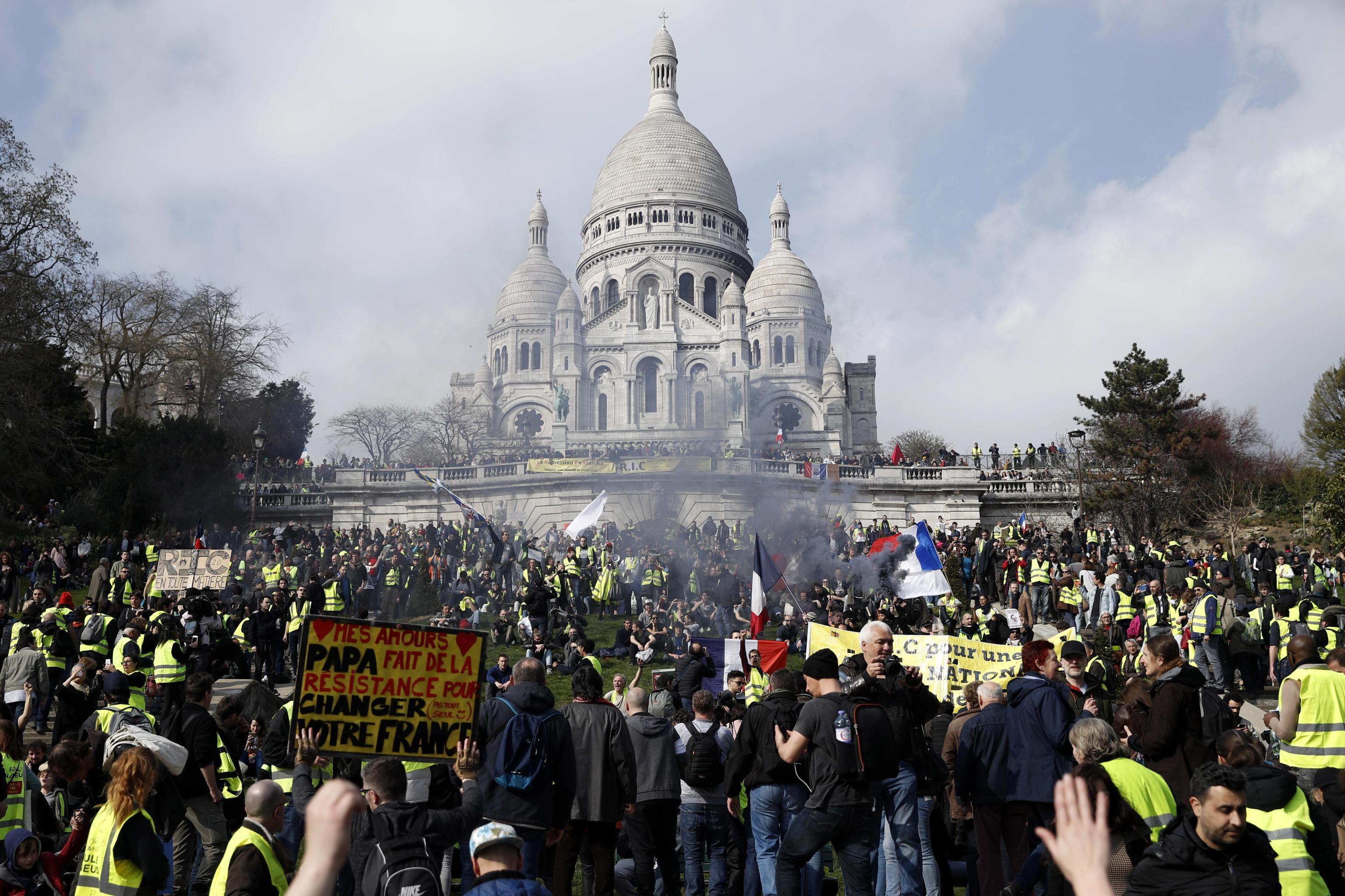 23 marzo 2019, i gilet gialli davanti alla basilica del Sacro Cuore