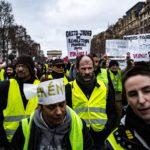 I manifestanti marciano verso gli Champs-Elysees il 26 gennaio 2019