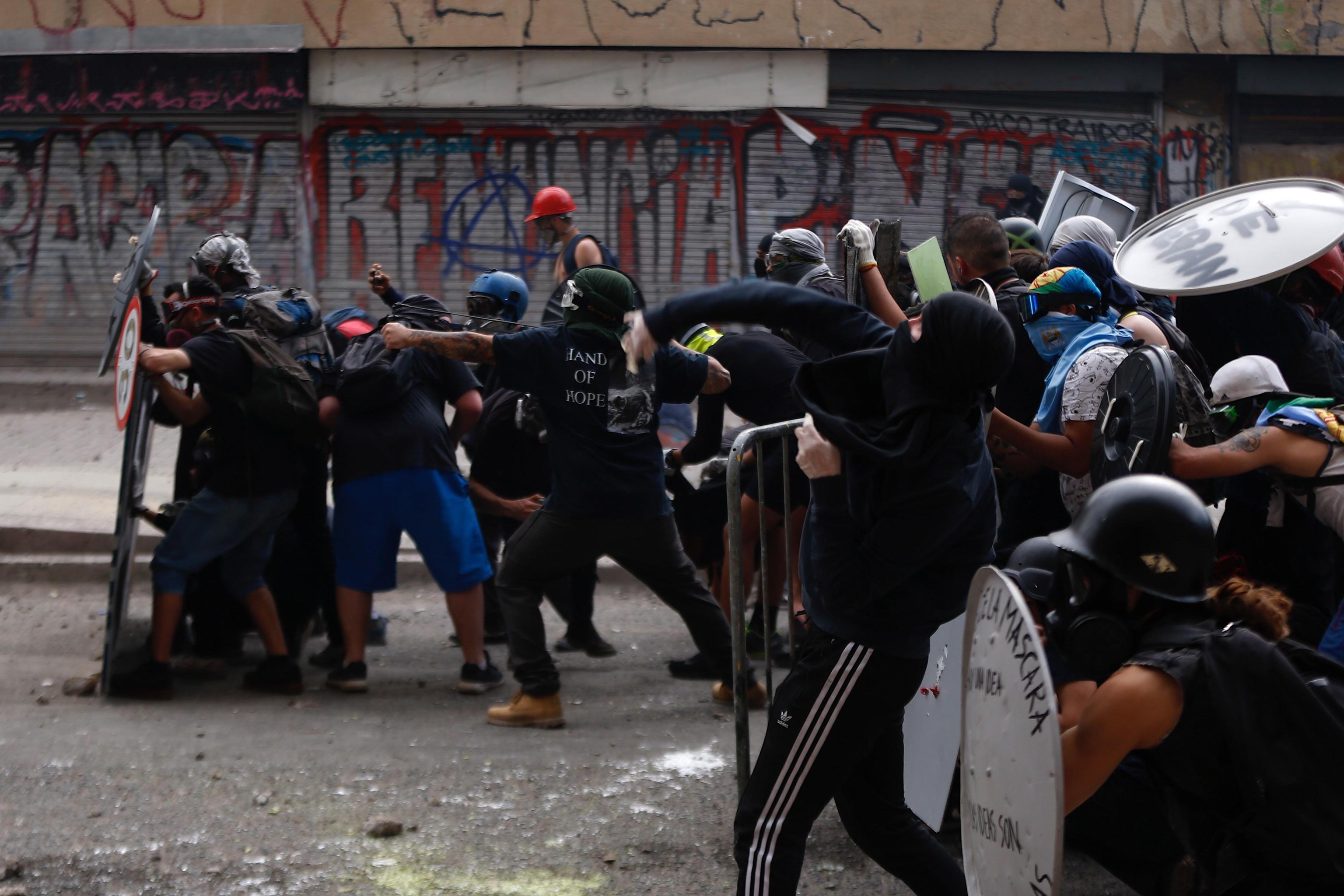 Manifestanti cileni si scontrano con i Carabineros, la gendarmeria nazionale dello Stato sudamericano