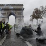 La polizia usa gli idranti contro i gilet gialli durante gli scontri avvenuti il 1 dicembre 2018