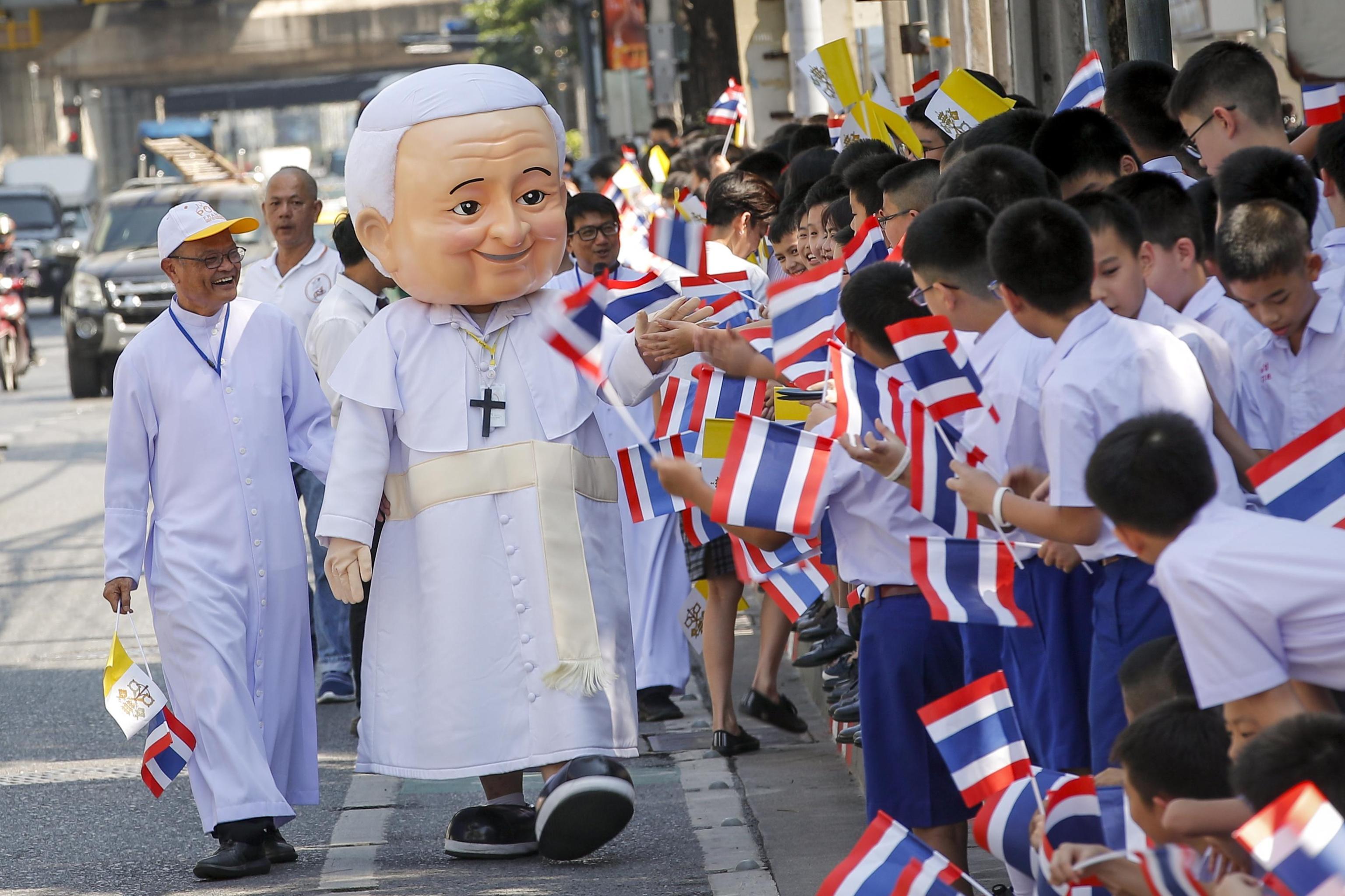 L'uomo con il costume del Papa cammina tra i fedeli