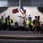 """I gilet gialli in un murales, riproduzione de """"La libertà che guida il popolo"""" di Eugene Delacroix"""