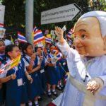L'uomo con il costume del Papa saluta i fedeli