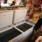 La Paz, una donna mostra i freezer vuoti nel suo negozio a causa delle manifestazioni