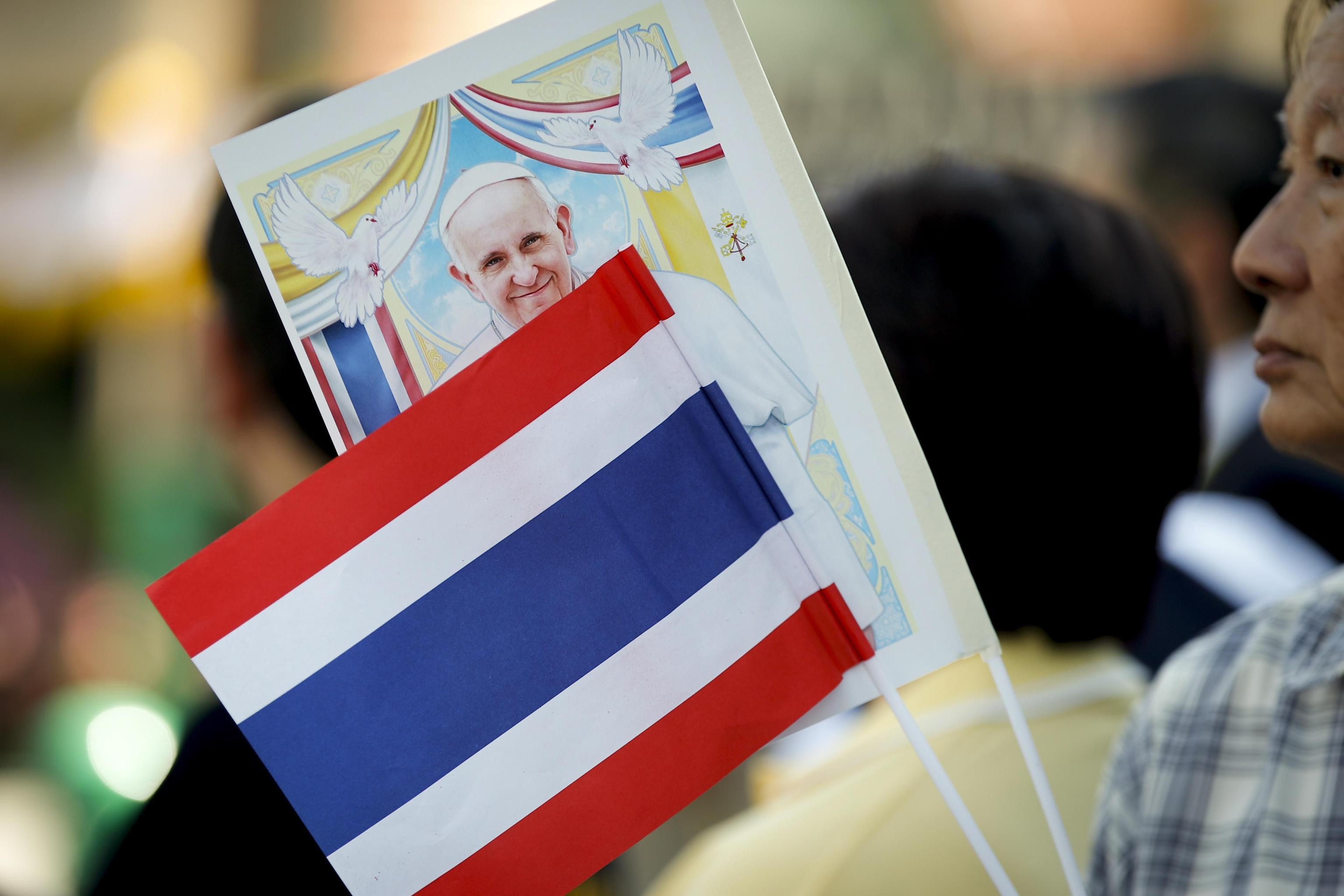 Un bandierina Thai sventola accanto ad una raffigurazione del Santo Padre