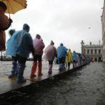 Alcune persone camminano sulle passerelle nel centro di Venezia