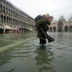 Due ragazze camminano nell'acqua alta in piazza San Marco