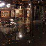 La marea che ha invaso l'interno di una bottega d'arte all'Accademia