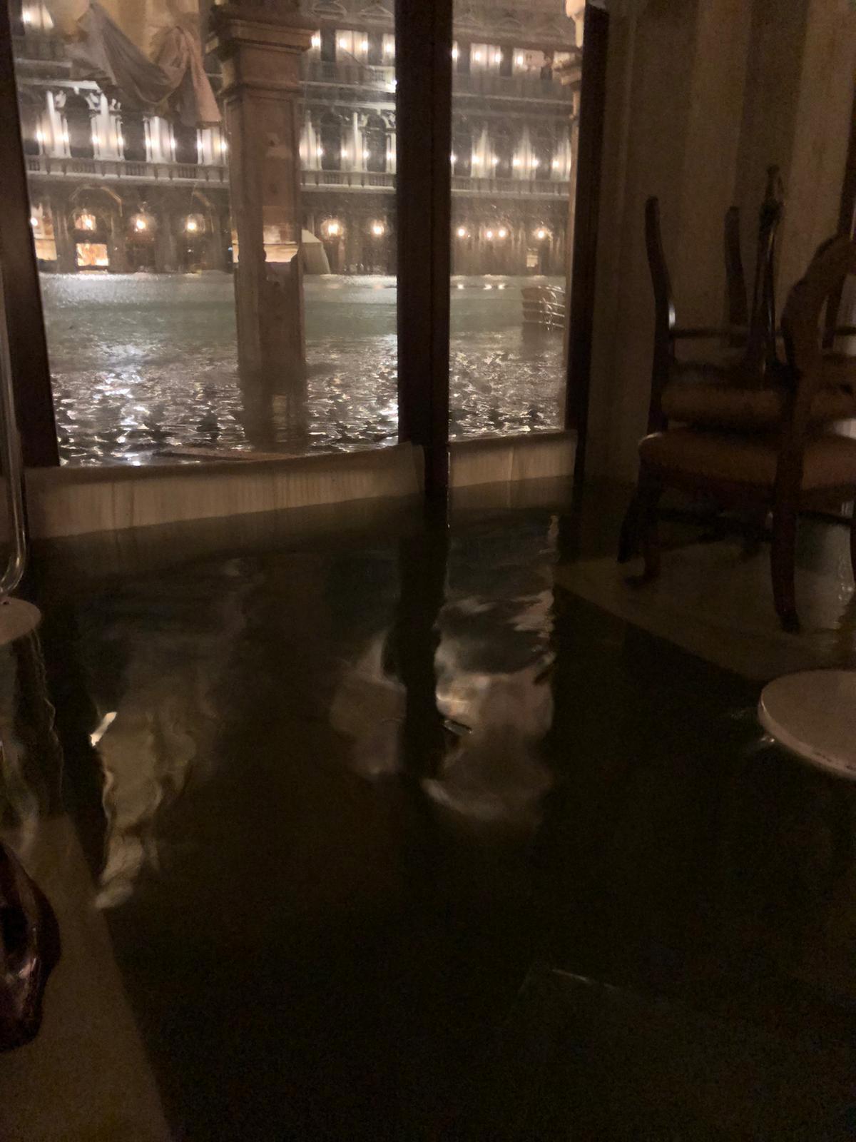Il Caffè Quadri devastato dall'acqua alta