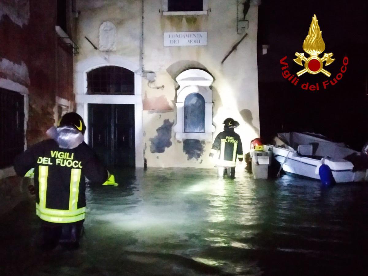 I vigili del fuoco occupati in operazioni di soccorso