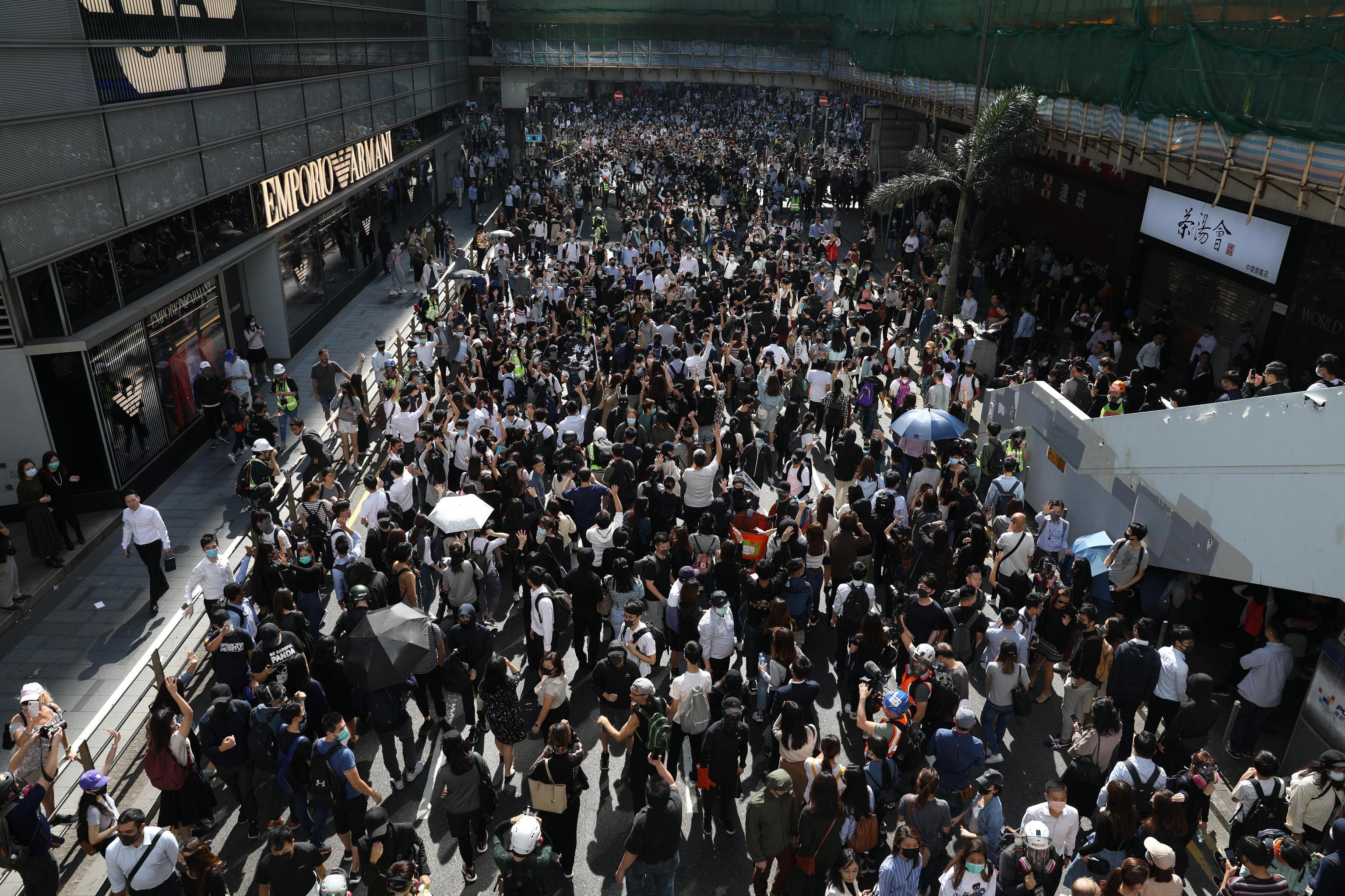 Migliaia di persone continuano a scendere nelle vie della città, ogni giorno, per chiedere più democrazia