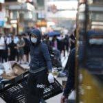 Cassette e oggetti rudimentali sono usati come armi dai manifestanti esasperati dall'empasse. I disordini aumentano di giorno in giorno