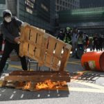 I manifestanti costruiscono cataste e barriere per le strade di Hong Kong e poi le danno alle fiamme