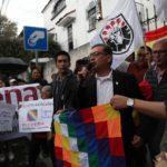 Sostenitori messicani di Evo Morales esultano davanti l'ambasciata boliviana per la concessione dell'asilo politico all'ex presidente