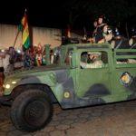 Militari perlustrano le strade delle città boliviane