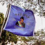 Una bandiera a sostegno all'ex presidente Morales sventola nel corso di una manifestazione in Paraguay