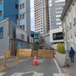 Strada chiusa al traffico a causa dei disordini a La Paz, in Bolivia