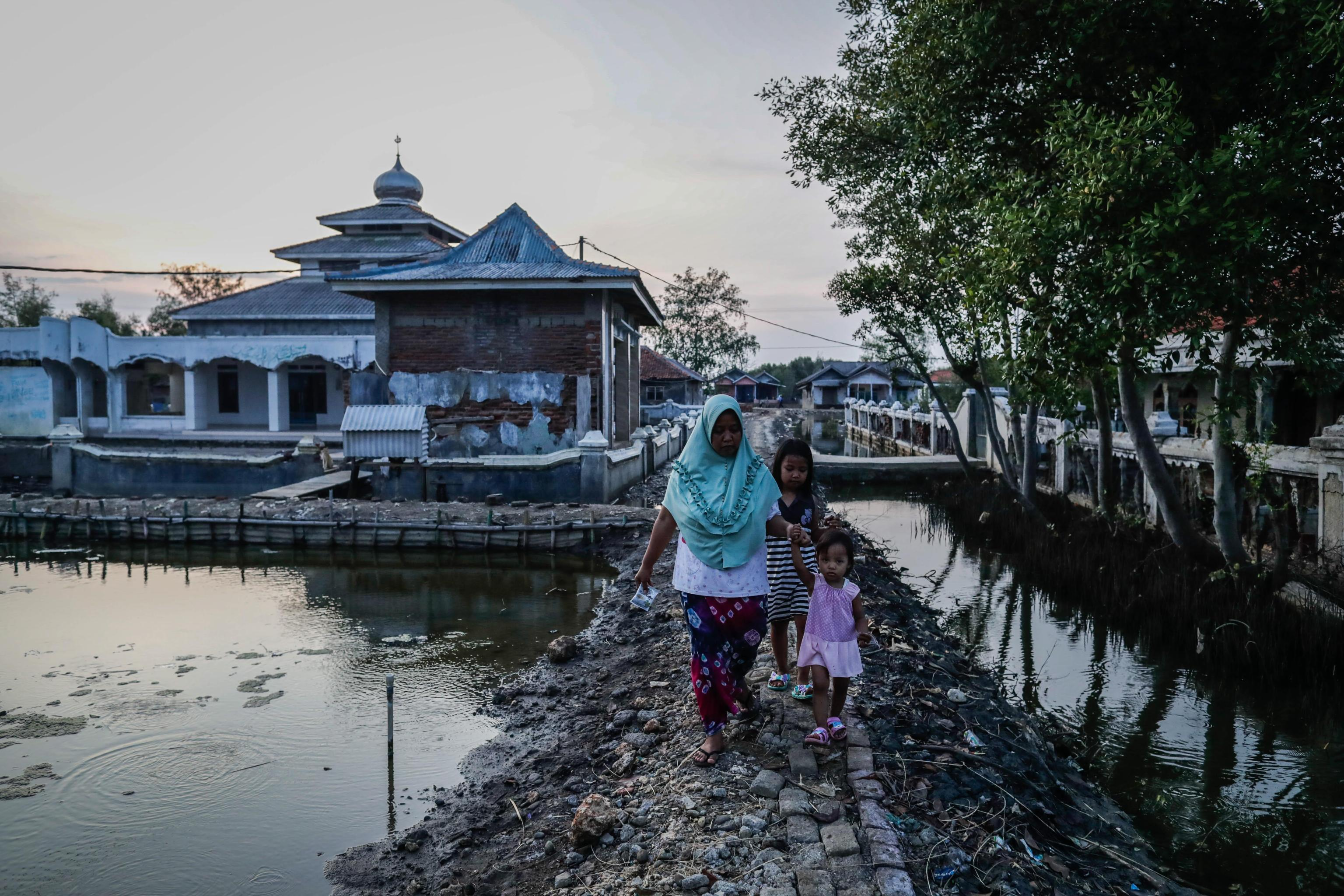 Il villaggio di Pantai Bahagia a Bekasi in Indonesia rischia di scomparire