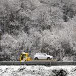 A Milano c'è l'allerta meteo. Alle porte di Como ha nevicato. Un carro attrezzi porta via una macchina