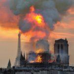 """Notre Dame, 16 aprile: per un """"errore umano"""" brucia la cattedrale gotica simbolo di Parigi. Drammatico il momento del crollo della guglia."""