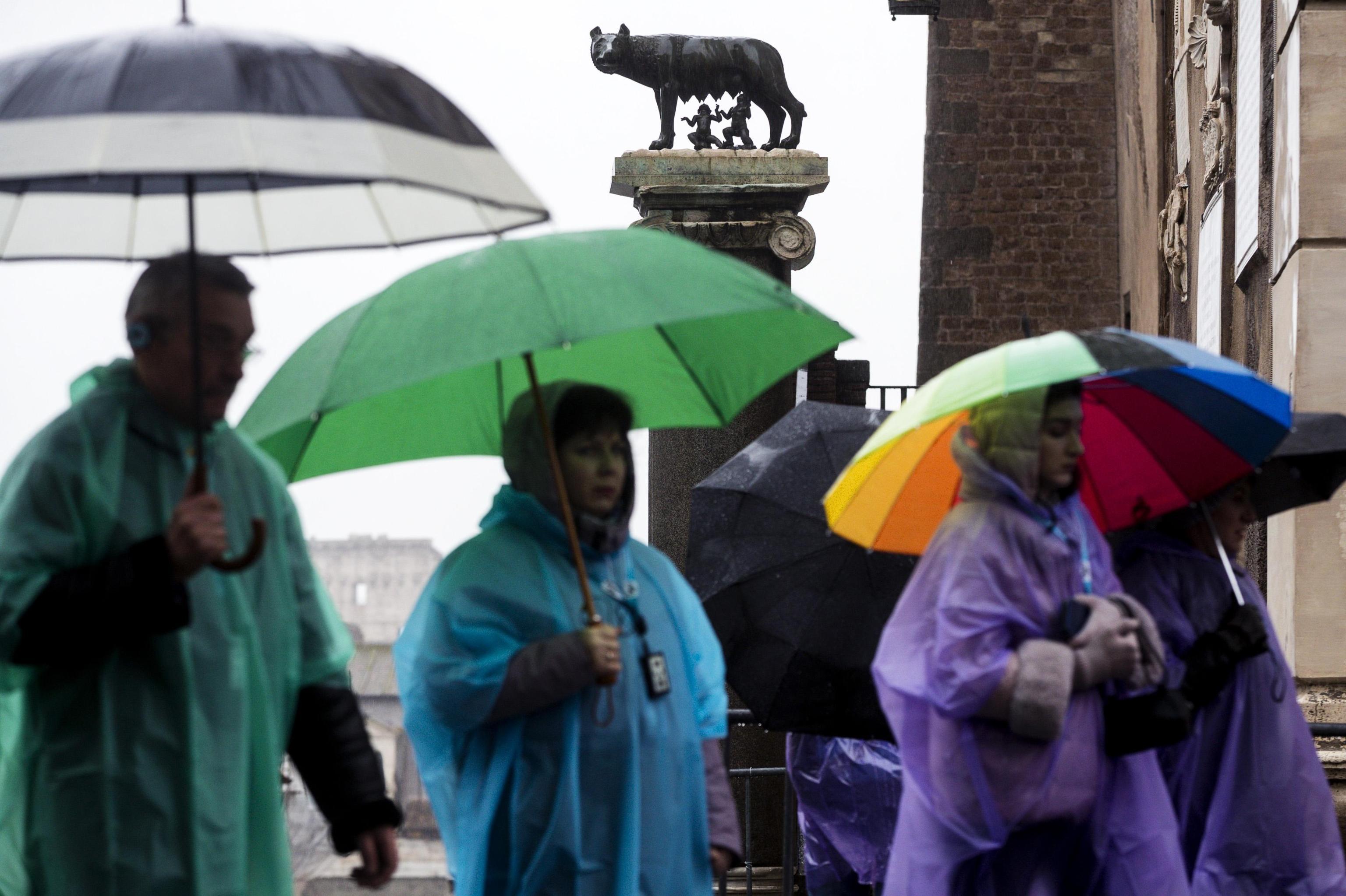 Ombrelli aperti e mantelle colorate a Roma