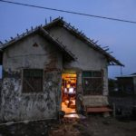 Le ultime famiglie rimaste nel villaggio non hanno altro posto dove andare