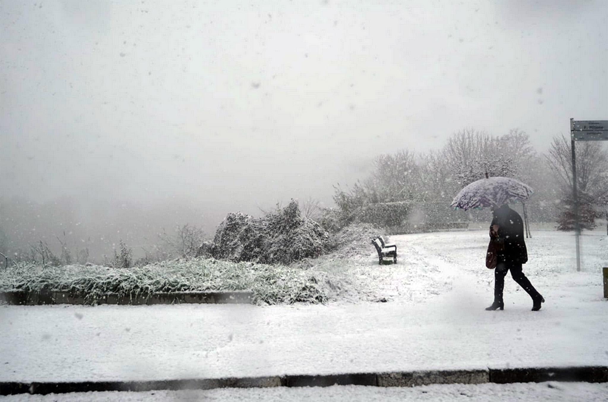 Italia investita da un'ondata di maltempo. La neve arriva in Piemonte, primi fiocchi della stagione su Torino