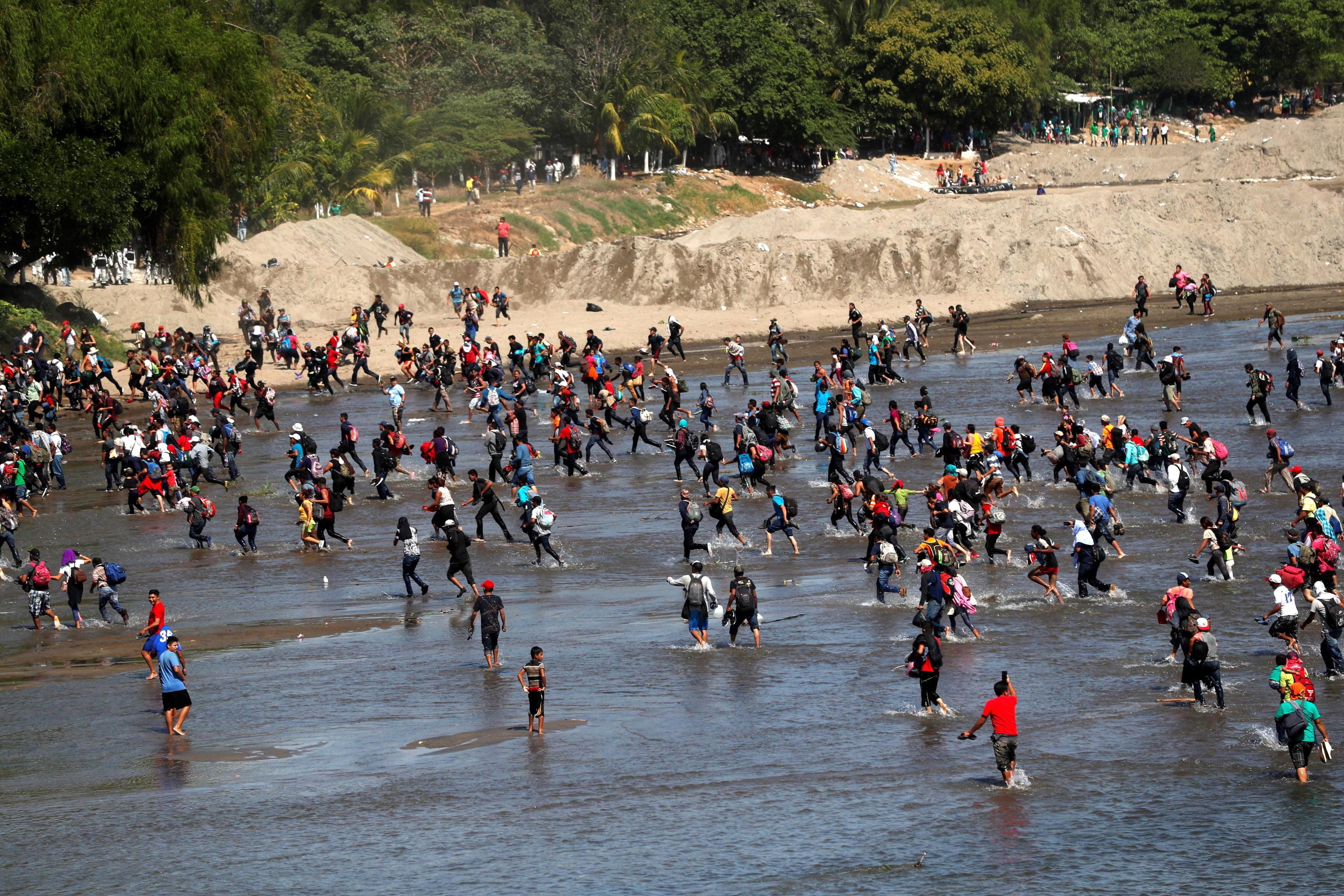 In molti non hanno aspettato l'apertura del confine e hanno attraversato il Suchiate, fiume che divide i due paesi