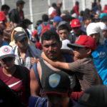 Un uomo e un bambino, a pochi passi dal confine messicano: sono tra le migliaia di persone che compongono la carovana