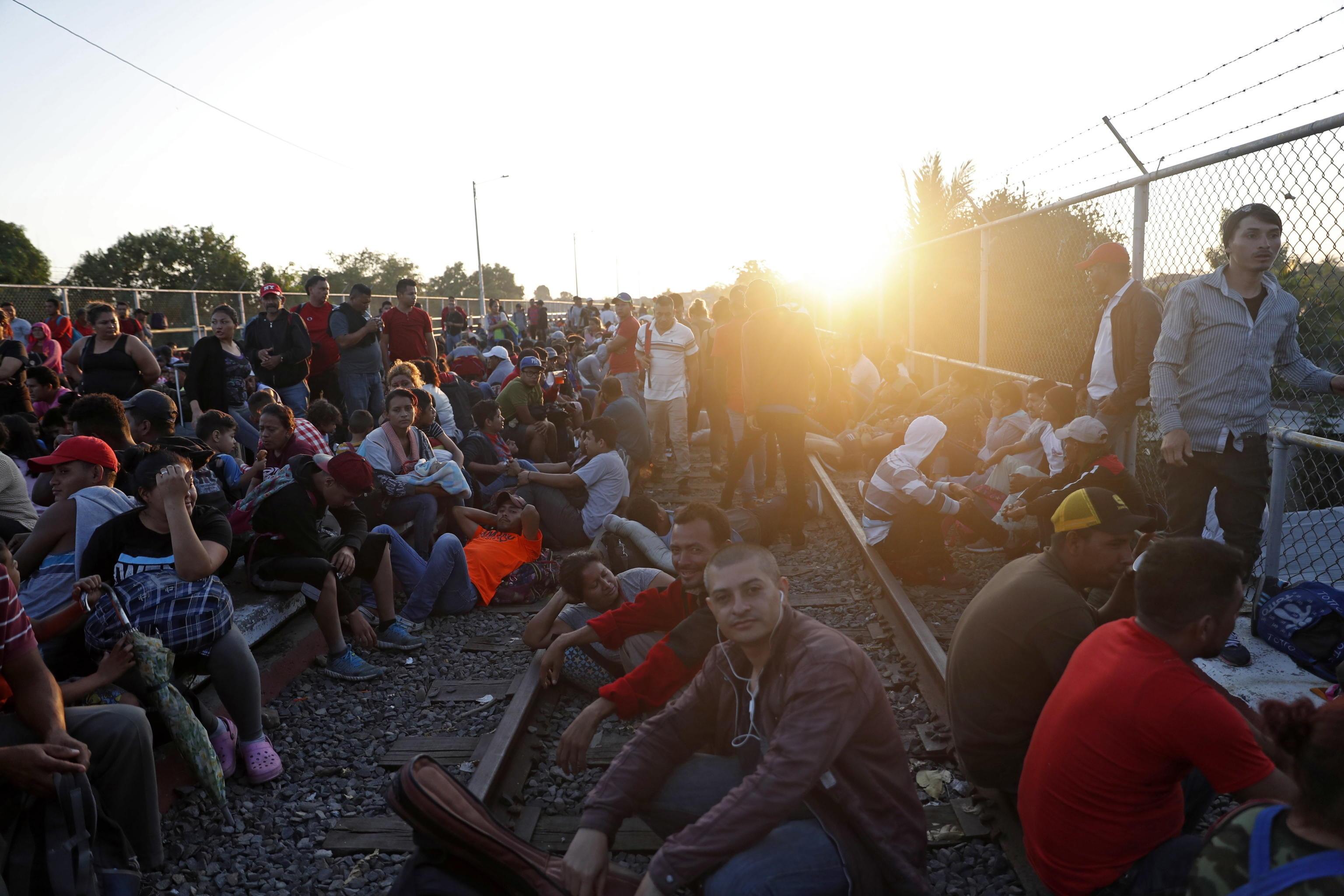 L'attesa sul ponte di Tecun Umam (Guatemala) dei migranti honduregni che vogliono arrivare in Messico
