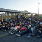 Il ponte che unisce Tecun Umam a Ciudad Hidalgo è completamente occupato dai migranti