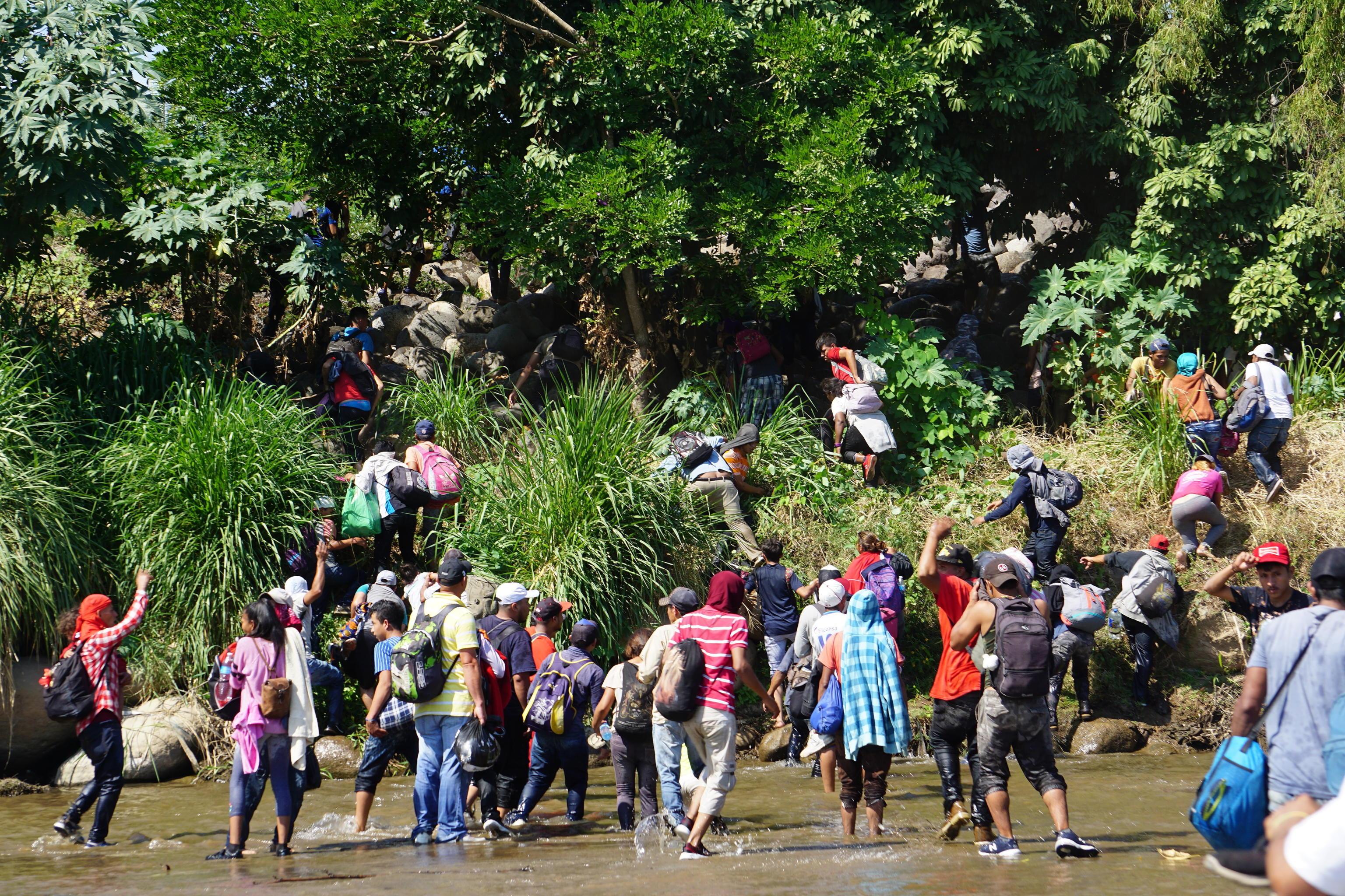 """Il governo messicano ha negato l'ingresso alla carovana: per questo in molti hanno attraversato """"illegalmente"""" il confine"""