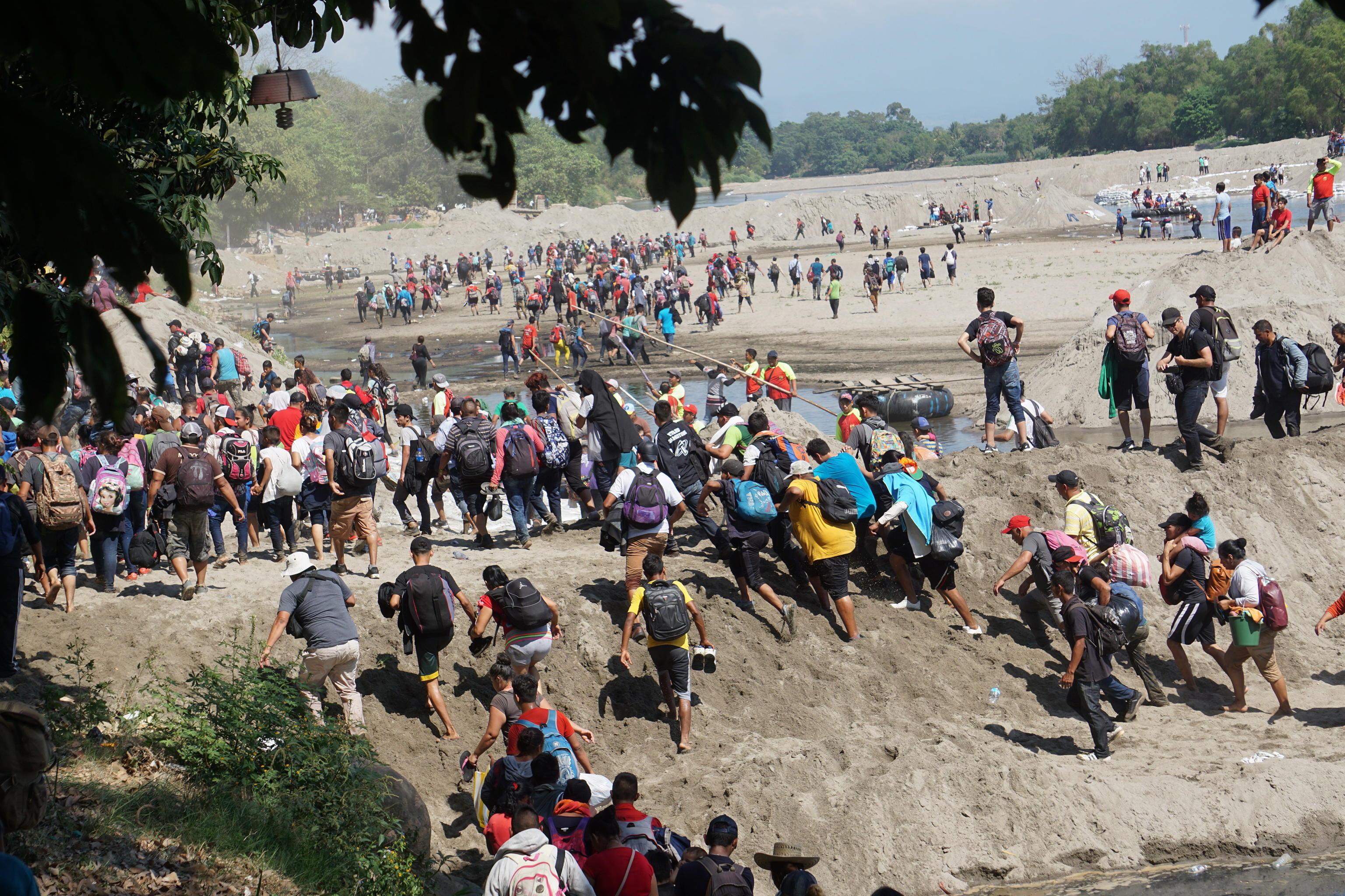 La carovana si è così divisa tra chi ha attraversato il fiume (foto) e chi sta ancora aspettando al confine