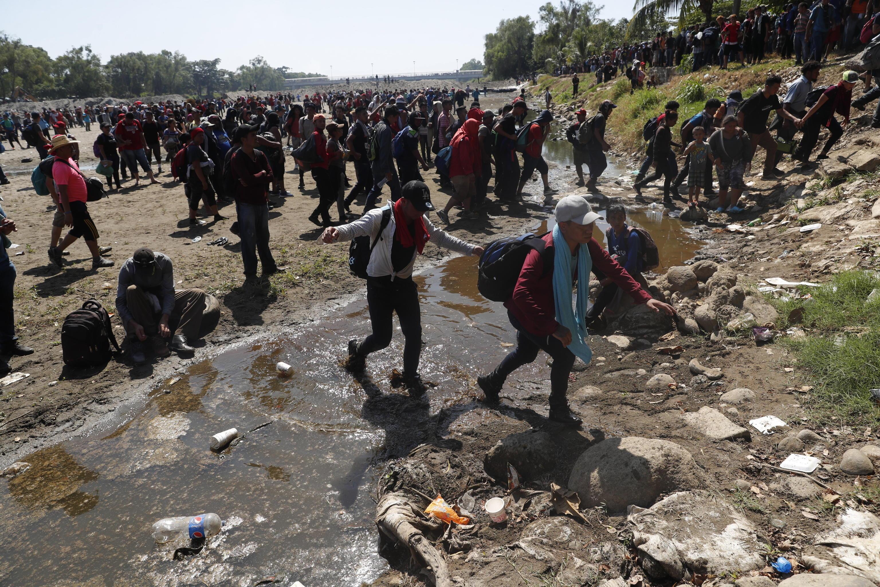 In centinaia hanno deciso di attraversare il corso d'acqua