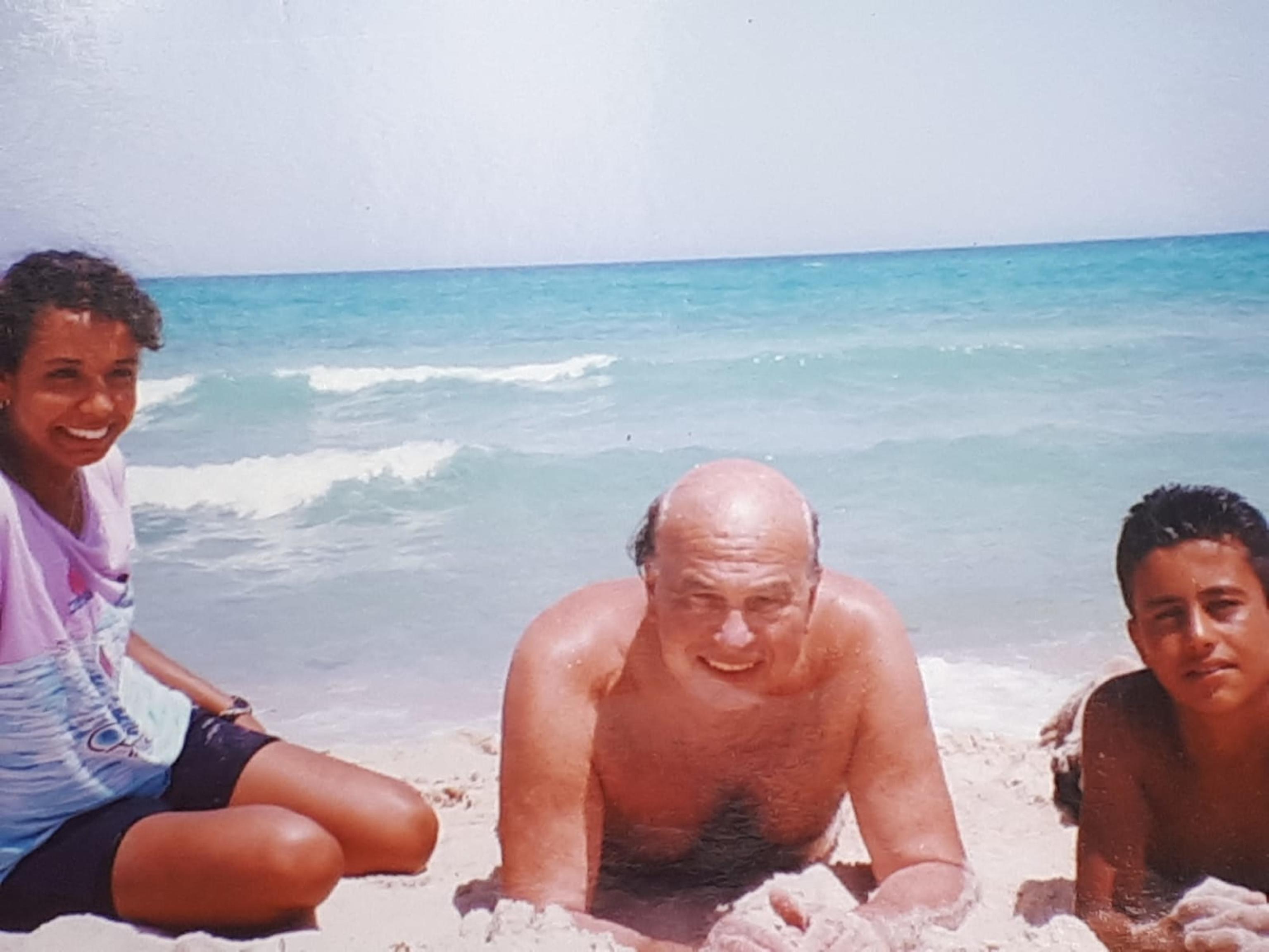 Bettino Craxi a Hammamet con i suoi amici pescatori. ANSA
