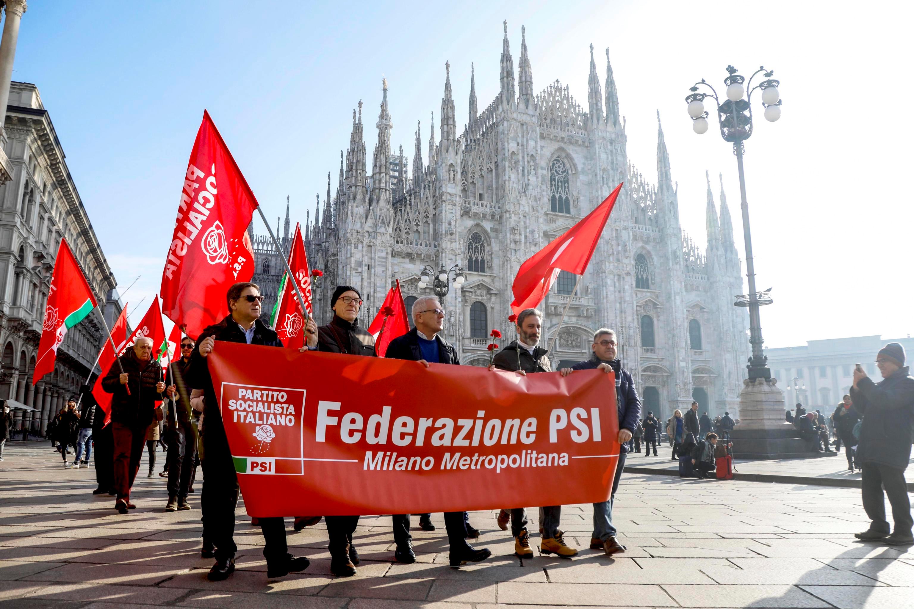 """""""Petali di libertà"""", flashmob per il ventennale dalla scomparsa di Bettino Craxi in piazza Duomo a Milano"""