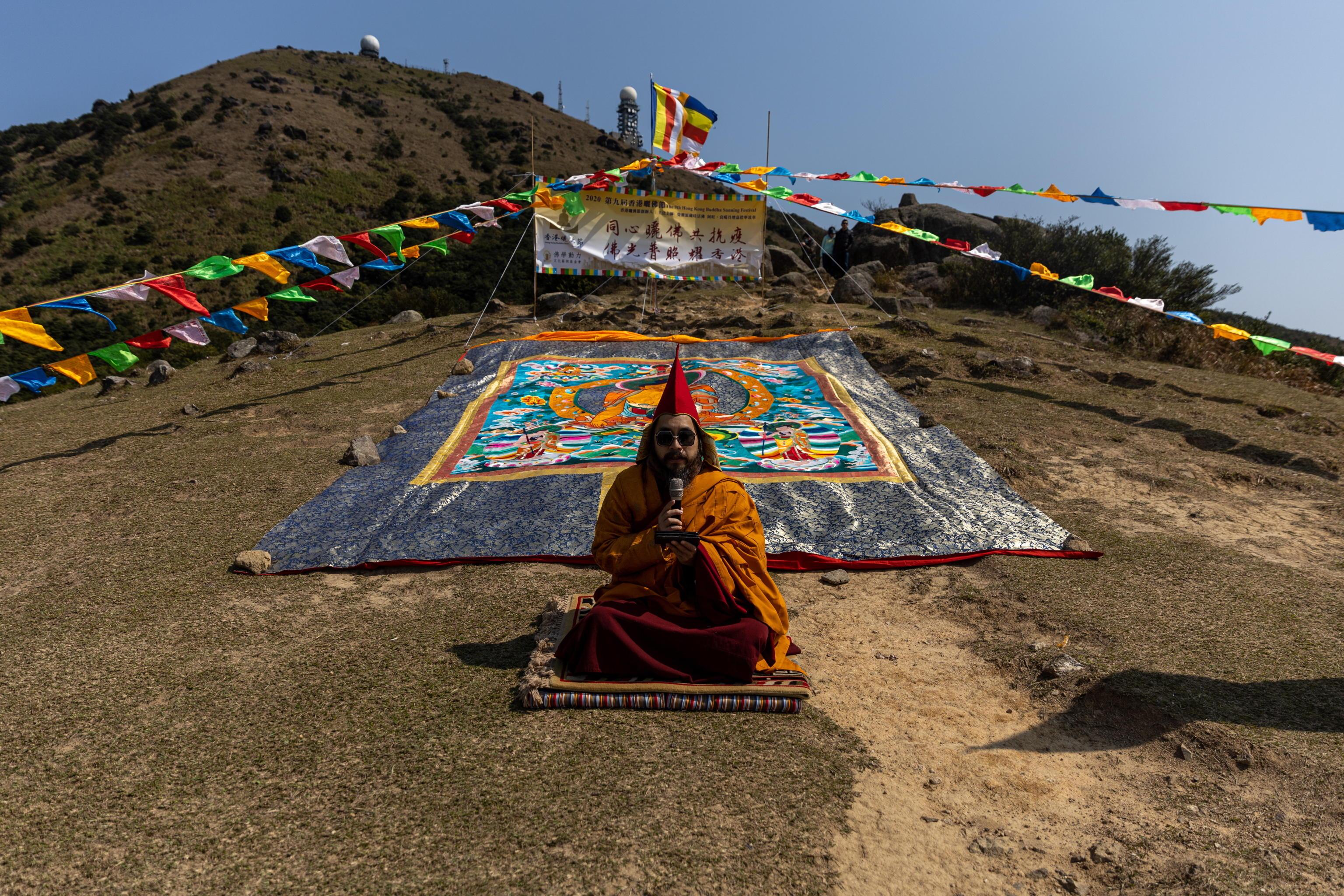 Ngawang Kunga Tenzin Gyatso Rinpoche in preghiera