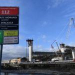 Alcuni cartelli segnalano la nascita del nuovo ponte