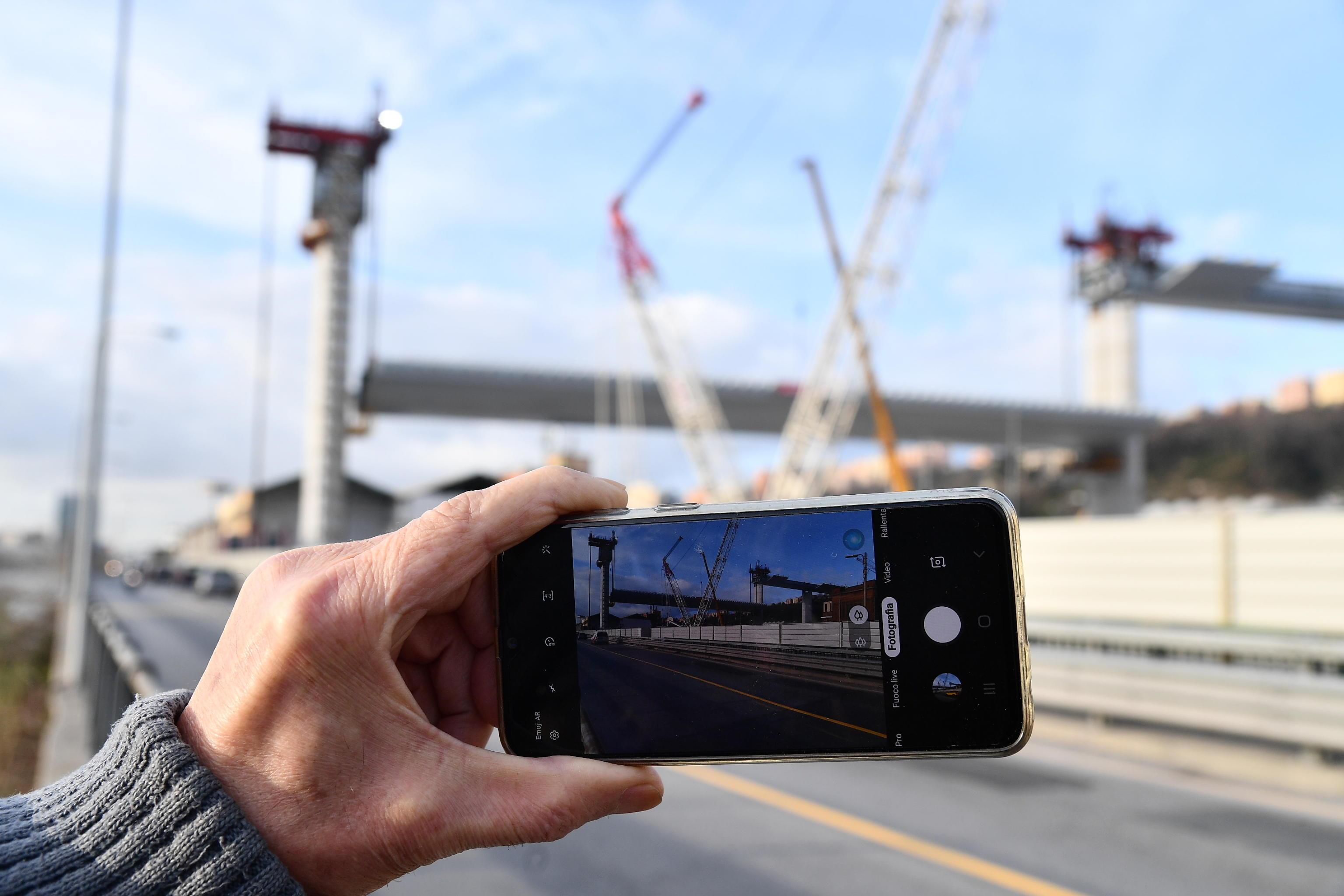 In molti immortalano il nuovo ponte Morandi