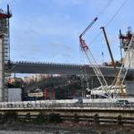 Le prime gru all'opera per alcune parti di ponte