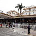 Un gruppo di 150 manifestanti con il volto coperto ha preso di mira l'O'Higgins Hotel