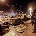 I rivoltosi hanno dato alle fiamme automobili e negozi