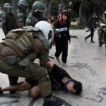 I militari fermano un uomo durante le proteste a Viña del Mar