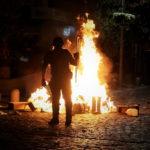 Le proteste continuano durante la notte con piccoli incendi nelle vie di Viña del Mar