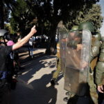 Scontro frontale fra manifestanti e militari in tenuta antisommossa
