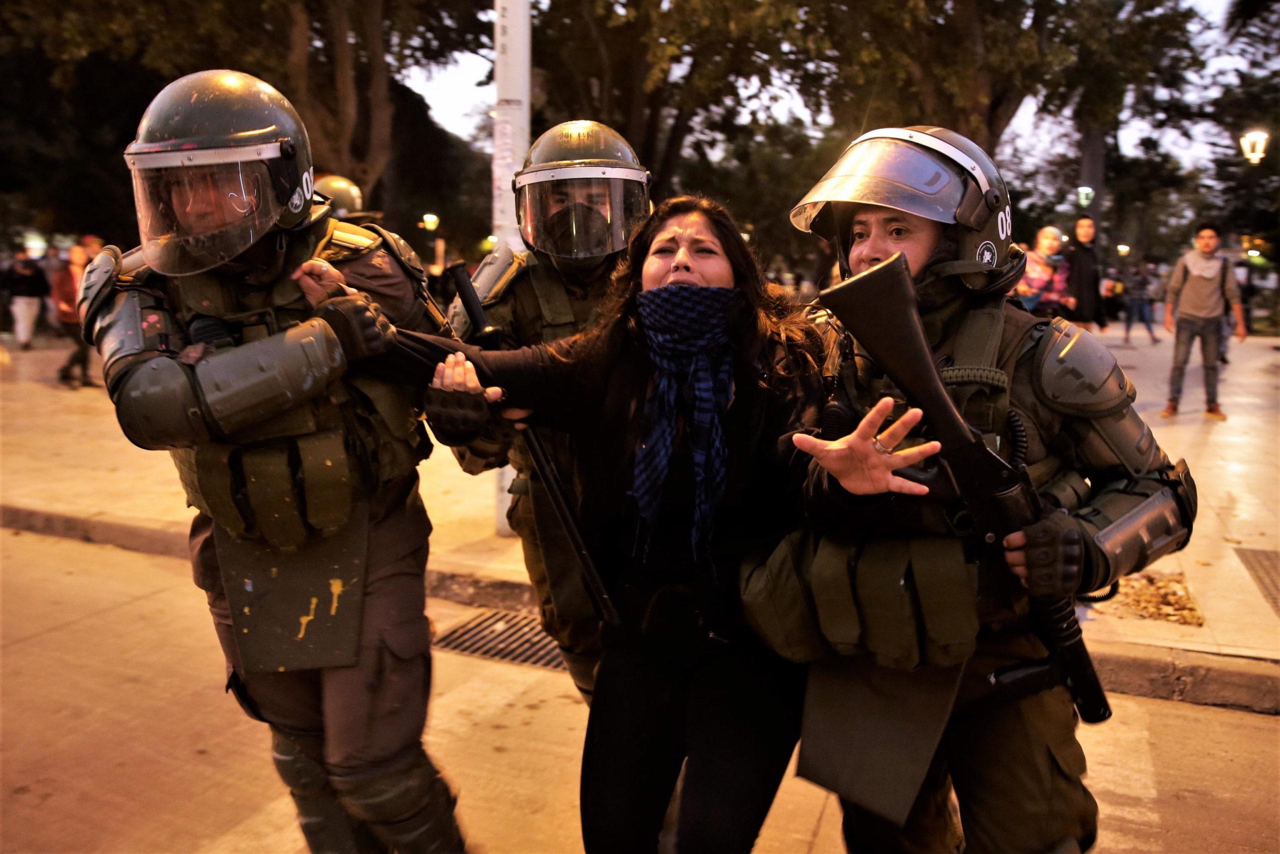 La polizia intervene per fermare le proteste e blocca una manifestante