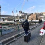 Alcuni curiosi si fermano a osservare il futuro ponte di Genova