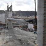 La prima trave innalzata per la costruzione del nuovo Ponte Morandi